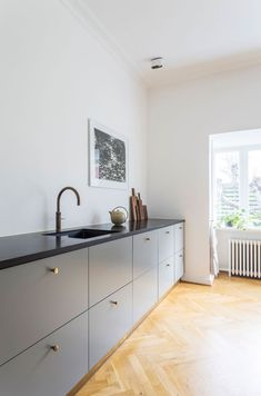 Kitchen Makeover Fra klassisk til moderne planløsning Kitchen Renovation Inspiration, Kitchen Dining, Kitchen Decor, Rustic Kitchen, Etagere Design, Decor Scandinavian, Minimalist Kitchen, Minimalist Decor, Cuisines Design