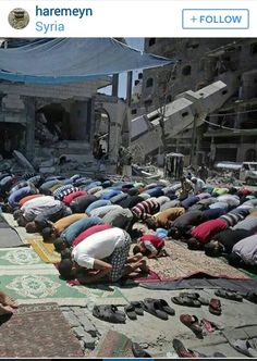 Subhanallah     These are true Muslims, no matter what they will ALWAYS stop to pray, God Help the Palestinians ... kd