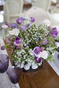 Mesa de Páscoa - arranjo de flores soltinhas em cesta com ovos - tulipas, lisiantos e flor de cenoura ( Decoração: Fabiana Moura | Flores: Bothanique )