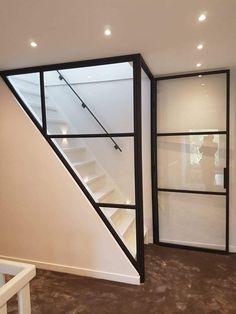 Wand van staal met glas langs trap deur in staal en glas Office Storage Furniture, Bathroom Kids, Attic Bathroom, Bathroom Plumbing, Interior Stairs, House Stairs, White Doors, Steel Doors, Staircase Design