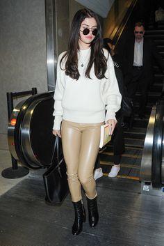Look do dia: Selena Gomez- A Calça de couro é uma aposta certeira quando queremos turbinar um visual mais básico, ela investiu em uma versão nude, combinando a peça com uma blusa off-white. Ankle boot e óculos redondos complementaram o visual.