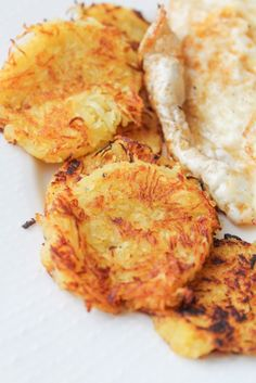 Spaghetti Squash Hash Browns (vegan and gluten free). Only 90 calories per serving! Brilliant way to use up your leftover cooked spaghetti squash. Super easy recipe. (vegan and gluten free)