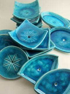 """Die formschönen Seifenschalen der Serie """"Lagune"""" 2 erinneren mit ihrer intensiven blauen Glasur an paradiesisch-schöne Meeresbuchten. Die quadratischen, runden, ovalen und sphärischen Seifenablagen bestechen durch ihr funktionelles Design."""