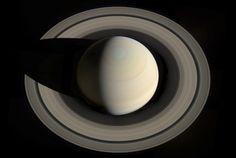 Este retrato olhando para baixo em Saturno e seus anéis foi criado a partir de…