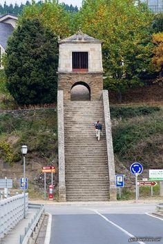 Entrada a Portomarín  *  Estas escaleritas y la capilla superior es lo que se ve desde el puente de entrada a Portomarín, final de etapa del camino de Santiago y albergue de peregrinos al que se llega por la carretera de la derecha