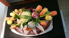 Chlebova torta s nivovou natierkou, zdobena vyrezavanou zeleninou