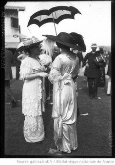 Deauville 1912 [femmes en grande toilette] : [photographie de presse] / [Agence Rol] - 1