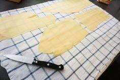 Ausgewalzte Pastastücke für unsere Pastakurse auf die richtige Länge bringen, bevor daraus die unterschiedlichen Nudelsorten entstehen - so einfach geht selbstgemachte Pasta!