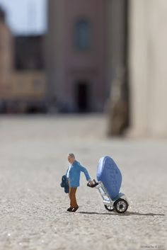 "Artist, Slinkachu, is a young artist from the UK that started ""Little People Project"" http://restreet.altervista.org/la-street-art-in-miniatura-di-slinkachu/"