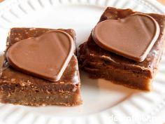 """Mange synes at melkesjokolade smaker bedre enn kokesjokolade, og hvorfor ikke da lage """"Brownies med melkesjokolade""""?! Konsistensen er den samme myke, litt fuktige, men fargen på kaken er litt lysere og kaken litt søtere. Glasuren laget med fløte og melkesjokolade er dessuten spesielt god! Oppskriften er til stor langpanne."""
