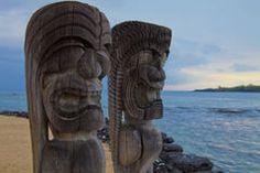 Mâts totémiques hawaïens de Tikis Photographie stock