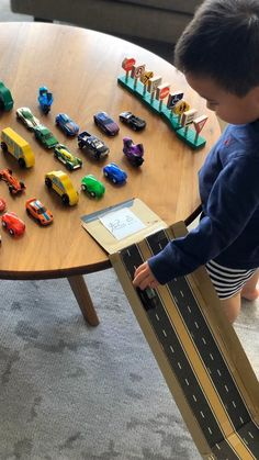 Fun, educational, and recycled cardboard car ramp to teach children vehicle names in Chinese and other languages! #kidscrafts #kidsactivities #recycledcrafts