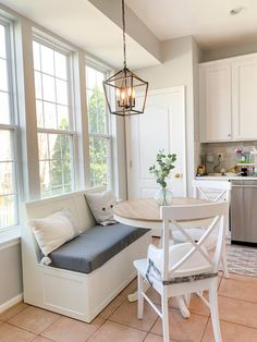 Banquette Seating In Kitchen, Kitchen Benches, Kitchen Booths, Corner Banquette, Dining Room Bench Seating, Breakfast Nook Decor, Corner Breakfast Nooks, Kitchen With Breakfast Nook, Corner Bench Kitchen Table