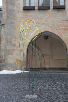 Popular Probeaufbau einer gelben Blumenskulptur auf dem historischen Marktplatz in Hildesheim