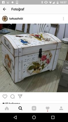 Baú Painted Trunk, Painted Furniture, Diy Furniture, Vintage Suitcase Decor, Vintage Suitcases, Old Chest, Shabby Chic Painting, Shabby Chic Crafts, Wooden Chest