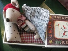 This little mouse is sleeping in a matchbox :). So cute. I'd like to make for K and G.
