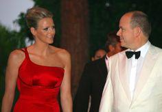 Pin for Later: Dürfen wir vorstellen: Die nächste königliche Mama!  Anlässlich des Rot Kreuz Balls im Juli 2009 warf sich Charlene in ein elegantes rotes Kleid.