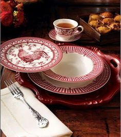 Red Rooster Plates ♥ Treasure for sure. Rooster Plates, Rooster Kitchen, Rooster Decor, Red Rooster, Red Kitchen, Kitchen Queen, Red Cottage, French Country Decorating, Decoration