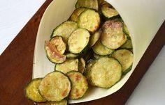 Chips de courgettes au four WW, une recette allégée de chips fait maison de courgettes parfumées au parmesan, originale et facile à faire pour l'apéro sain et léger.