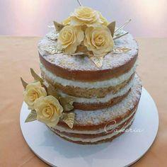 Naked Cake com massa branca e flores amarelas