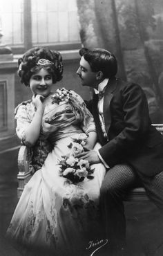 Courting in the 1800s never looked better. | 23 Charming Photos That Prove The Victorian Era Had The Best Fashion