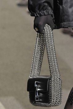 7 Fall Bag Trends That Are About To Take Over - Bag and Purse Trends Fall 2018 – Runway Bags Fall 2018 - Fall Fashion Trends, Latest Fashion Trends, Autumn Fashion, Fall Trends, Fashion Bags, Fashion Accessories, Womens Fashion, Fall Bags, Grunge Style