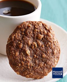 It's time for a coffee break with a fresh baked cookie! Loaded with oats and almonds, these scrumptious cookies have a touch of coffee in the dough for a grown-up flavour twist. Biscuits Au Café, Tapas, Fudge, Pause Café, Coffee Cookies, Cinnamon Almonds, Caramel, Best Cookie Recipes, Freshly Baked