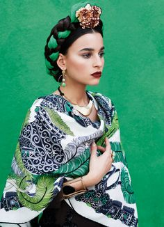 Model dressed with Mexican-style prints, green bandana and a very vivid green background—a look completely inspired by Frida Kahlo Foto Flash, Fashion Business, Style Feminin, Kitenge, Mexican Style, Mexican Fashion Style, Style Fashion, Mode Inspiration, Fashion Inspiration