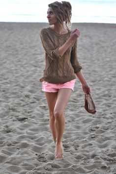 Beach style, pink shorts and light cotton sweater = perfect. Looks Street Style, Looks Style, Style Me, Mode Pastel, Summer Outfits, Cute Outfits, Summer Clothes, Pink Clothes, Look Fashion