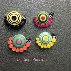 paper quilling jewelry making Quilling Keychains, Paper Quilling Jewelry, Quilled Paper Art, Quilling Paper Craft, Paper Jewelry, Neli Quilling, Quilling Rakhi, Paper Quilling Patterns, Quilling Ideas