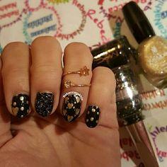 هذه #أظافر اليوم  Valentine Nail Art : Black and Gold Valentine Nails using Fake Mac #30, Yves Morel #85 and Flormar-Glitter #GL05