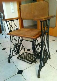 About Old Sewing Machines - Life ideas Unique Furniture, Repurposed Furniture, Cheap Furniture, Antique Sewing Machine Table, Sewing Table, Sewing Machine Projects, Antique Sewing Machines, Machine Singer, Cool Chairs