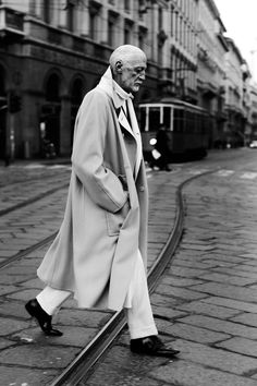 Milan, via Mnazoni. A Sartorialist pictures of older Italian men. Sharp Dressed Man, Well Dressed Men, Italian Men, Advanced Style, Sartorialist, Raining Men, Older Men, Mode Style, Men's Style