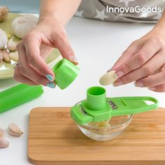 Peeling and grating garlic has never been easier than now with the InnovaGoods Kitchen Foodies garlic peeler and shredder that is a must-have for your kitche. Kitchen Helper, Buy Kitchen, Kitchen Tools, First Kitchen, Little Kitchen, Garlic Peeler, Vegetable Chopper, Cake Cutters, Grater