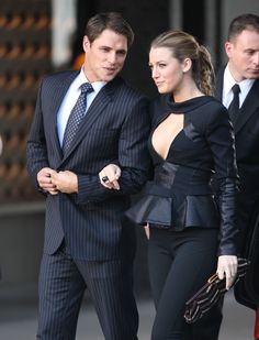 Blake Lively Cleavage on the Set of Gossip Girl Mode Gossip Girl, Gossip Girl Serena, Estilo Gossip Girl, Gossip Girl Outfits, Gossip Girl Fashion, Fashion Tv, Look Fashion, Gossip Girls, Mode Blake Lively