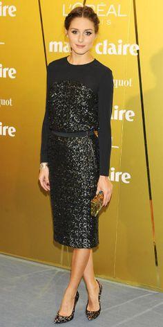 Знаменитость выбрала потрясающее коктейльное черное платье от бренда Whistles. Модель с длинными рукавами, украшенная мерцающими блестками, красиво смотрелась на фигуре, а пояс в тон делал акцент на тонкой талии звезды.     Свой образ Оливия дополнила сексуальными туфлями на шпильке с леопардовым принтом от бренда Stuart Weitzman и золотистым клатчем.