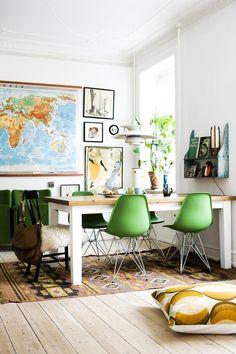 Une salle à manger avec des touches de vert