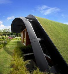 Foi o pessoal da Guz architects que pensou esse projeto diferenciado. Com esse telhado curvo e gramado essa casa ganhou um estilo único, que me agradou em cheio.