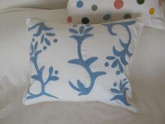 almohadones bordados con vellón