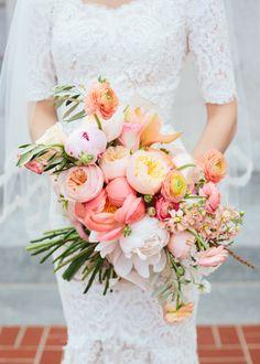 Mit frischen, farbenfrohen Brautsträußen für den Frühling starten wir in ein sonniges Fest! Die florale Palette ist übermäßig schön: Tulpen, Ranunkeln, Pfingstrosen und Nelken.  Hochzeit im Hotel am Sophienpark Baden-Baden www.hotel-am-sophienpark.de
