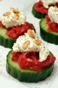 Komkommer-Carpaccio hapje. snijd de komkommer in plakken die er een plakje carpaccio op dan de roomkaas kruiden met peper en zout een paar amandelen on top
