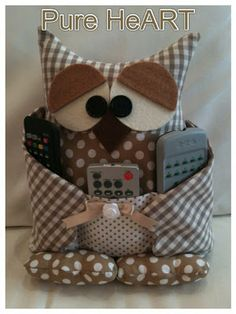 Pure HeART di Francesca Pugliese: ARMANDO....IL GUFETTO PORTA TELECOMANDO Owl Crafts, Easy Crafts, Diy And Crafts, Arts And Crafts, Sewing Crafts, Sewing Projects, Projects To Try, Owl Pillow Pattern, Felt Owls