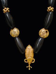 ASANTE COLLIER Ghana. L 44 cm. Goldlegierungen in verschiedenen Feingehalten. Käfer: ca. 10,8 Karat. Achatperlen. -