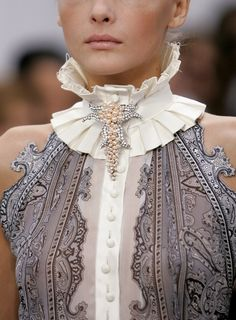 Balenciaga Spring 2006 Runway Pictures Description: Balenciaga at Paris Fashion Week Spring This collar is similar to the ruff/betsy style used in the Empire Period. It is not as large as the collars used then but still makes a statement. Couture Details, Fashion Details, Look Fashion, High Fashion, Fashion Beauty, Womens Fashion, Paris Fashion, 1940s Fashion, Fashion Goth