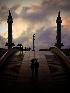 Bordeaux pont éphémère entre les 2 colonnes Magnifiques photos et romantiques en plus ! (France)