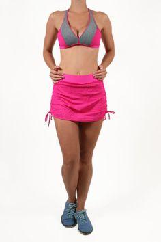 Saia para atividades físicas, em tecido com textura furadinha, leve transparência, com shorts por baixo. Cordinha ajustáveis nas laterais.