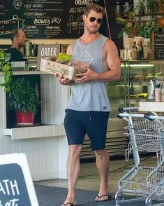 Chris Hemsworth shows off his bulging biceps as he shops in Byron Bay Summer Outfits Men, Boy Outfits, Black Widow Winter Soldier, Hemsworth Brothers, Chris Hemsworth Thor, Mens Flip Flops, Photography Poses For Men, Sexy Men, Hot Guys