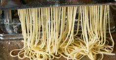 Pâtes fraîches. Comment faire des pâtes alimentaires maison. Réalisation de la pâte et découpe au laminoir.. La recette par Chef Simon.