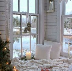 This Christmasy cozy corner is the perfect reading nook for winter! We love book nooks with windows like this. Cozy Nook, Cozy Corner, Cosy Reading Corner, Book Nooks, Reading Nooks, Cozy Reading Rooms, Home And Deco, My New Room, Cozy House
