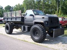 1991 GMC Topkick C5500 and what looks like a chopped M35 frame (and bed). I like it! >:}
